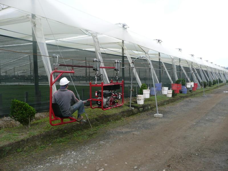 Halado con tractor aéreo hidráulico de trenes de Valdés con hidratante al cultivo.