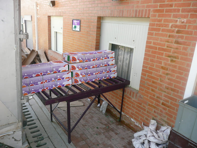 Transportadores de rodillos para despacho de cajas con flores.